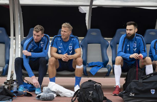 Lukas Hradecky (vas.), Paulus Arajuuri ja Tim Sparv muodostavat Suomen EM-unelmasta vastanneen Huuhkajien kapteeniston.
