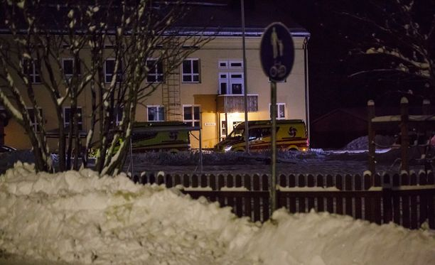 Ruotasen koulun pihalla päivystää kaksi ambulanssia.
