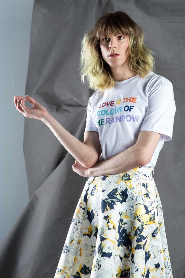 Yksinkertainen t-paita ja tennarit rentouttavat juhlavan tyttömäisen hameen. Ideologia saa näkyä paidan printissä. T-paita 12 e, Monki. Hame 179 e, Max&Co/Stockmann. Kengät 69 e, Superga.