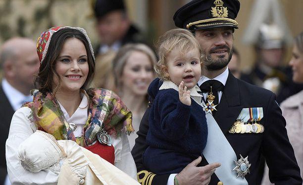Prinsessa Sofia, Prinssi Carl Philip ja pariskunnan lapset hymyilivät pikkuprinssi Gabrielin ristiäisissä.