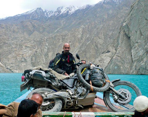 Attabad -järven ylittäminen Pakistanissa oli yksi Rami Syedin lukuisista seikkailuista moottoripyörämatkalla Oulusta Kathmanduun. Hän joutui ajamaan pyörän pieneen veneeseen ohutta lankkua pitkin.