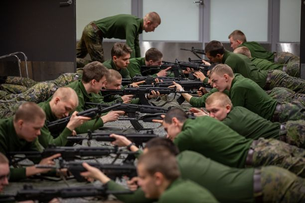 Asevelvollisuusjärjestelmään kohdistuu paineita muun muassa sen takia, että miehistäkin armeijan käy enää noin kaksi kolmesta.
