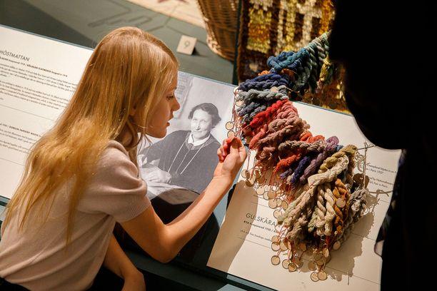 Prinsessa Estelle tutki tarkasti mattojen värikarttaa.