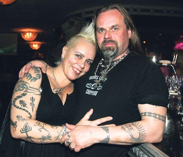 Ero vireillä Wilma ja Robin Schlizewski jättivät eropaperit maistraattiin tammikuussa. Wilma Schlizewski oli 1980-luvulla tunnettu tv-kasvo. Nykyään hänet tunnetaan paremmin tatuointitaiteilijana.