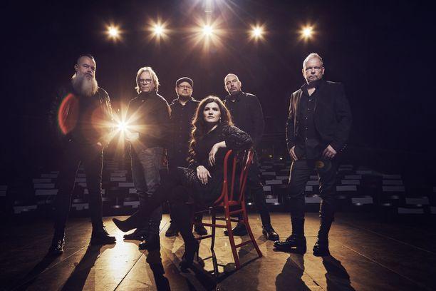 Yö-yhtyeen on tarkoitus palata tulevana keikkalavoille solistinaan Suvi Teräsniska.
