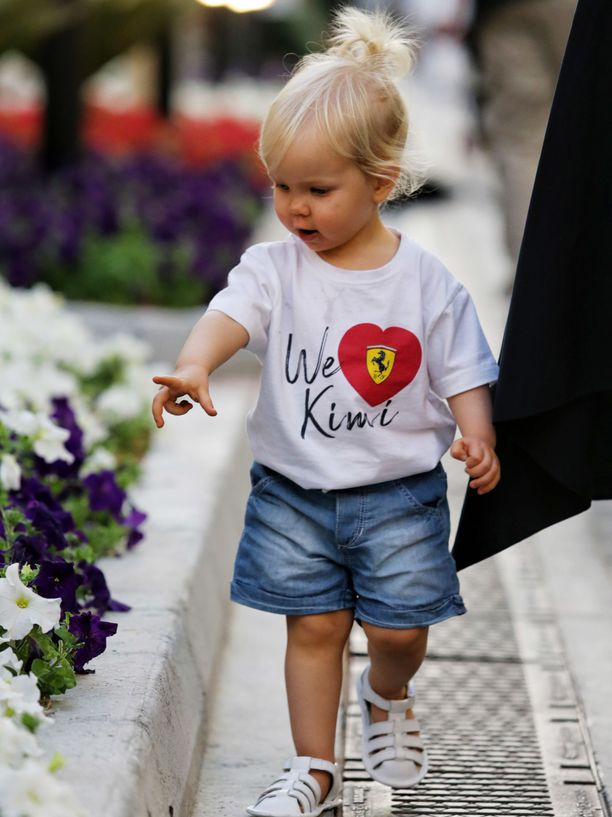 Rianna Räikkönen oli viime viikonloppuna paikalla isänsä viimeisessä Ferrari-kilpailussa, mutta autojen sijaan 1-vuotiasta tyttöä tuntui kiinnostavan varikon kukkaistutukset.