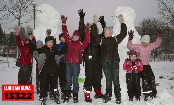 – Tää on kivaa! Lapset nauttivat Espoossa, kun talvi vihdoin torstaina tuli Etelä-Suomeen.