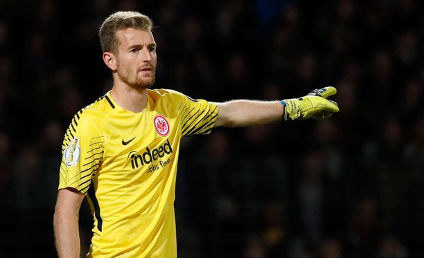 Lukas Hradecky yrittää pysäyttää Bayern Münchenin.