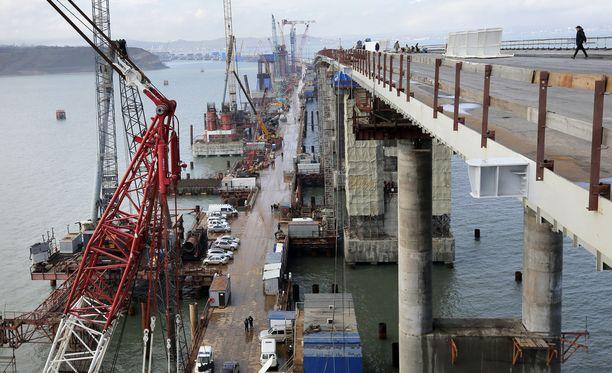 Krimin silta kuvattuna maaliskuussa. Sillalla tulevat kulkemaan niin ajoneuvot kuin junatkin.