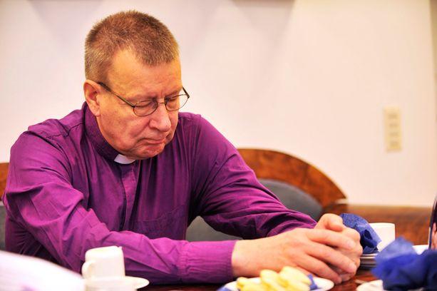 Eero Huovisesta julkaistiin vuonna 2010 elämäkerta, jossa Huovisen kerrottiin saaneen vapaamielisiltä kritiikkiä siitä, että hän on ollut liian varovainen homoliittojen siunaamisen suhteen.