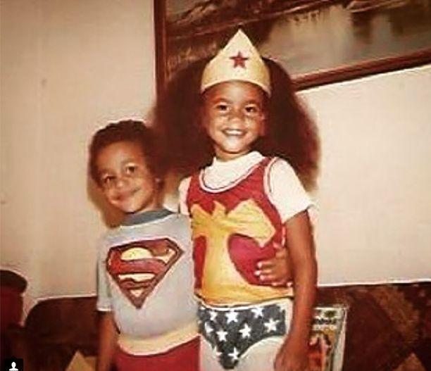Meghan Markle ystävänsä kanssa Superman- ja Wonder Woman -asuissa.
