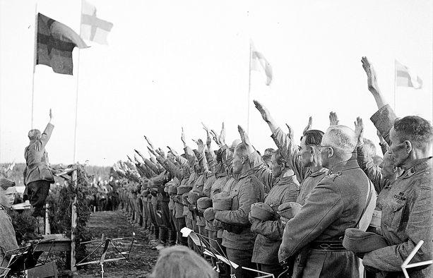 Heimosotureita Vuokkiniemen kansalaisjuhlilla 20.7.1941. Suomalaisten järjestämä kansalaiskokous julisti Vienan ja Aunuksen liitetyiksi Suomeen.