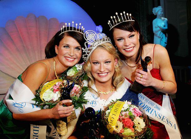 Laaksonen kruunattiin Miss Suomeksi kymmenen vuotta sitten. Kuvassa vasemmalla ensimmäinen perintöprinsessa Sini Vahela ja oikealla toinen perintöprinsessa Karoliina Yläjoki.