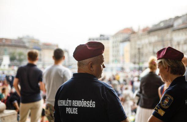 Pakolaiset pelkäävät Unkarin poliisia.
