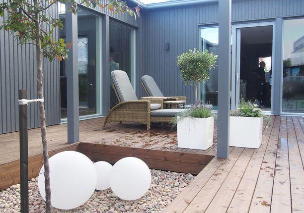 Atrium-pihan valaistuksesta vastaavat hauskat ja trendikkäät Garden Lights-ulkovalaisimet.