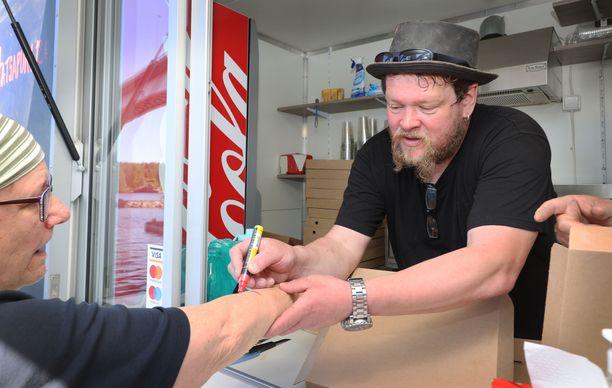 Ville Haapasalo myy tänä kesänä hatsapureja Puumalan satamassa.