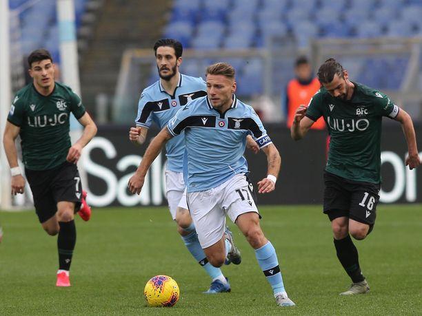Lazion Ciro Immobile (edessä keskellä) johtaa tällä hetkellä Serie A:n maalipörssiä 27 osumalla. Syöttöpörssin kärjessä on niin ikään Laziota edustava Luis Alberto (taka-alalla) 11 syötöllään.