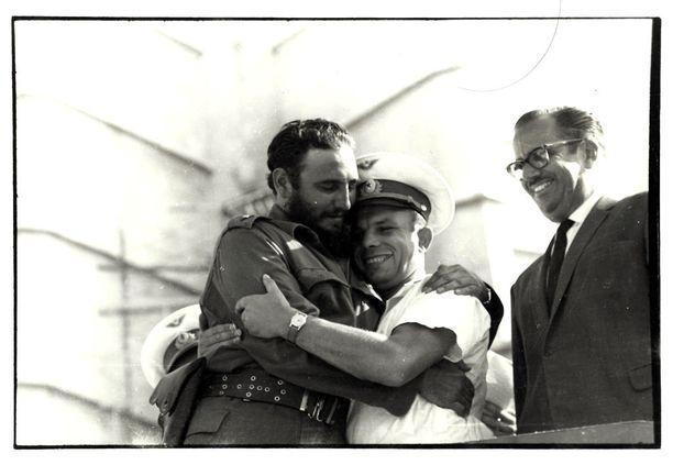 Gagarinista tuli kansainvälinen tähti avaruuslentonsa jälkeen. Kuvassa 157-senttinen kosmonautti syleilee itseään 30 senttiä pidempää Kuuban johtajaa Fidel Castroa.