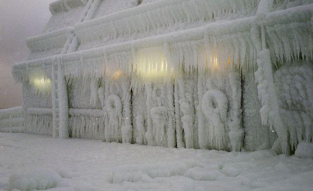 Aluksiin muodostuva jää voi muodostaa vaarallisen raskaan lisätaakaan. Arkistokuva jäänmurtajan kannelta.