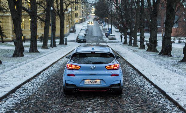 Peräpään muotoilua takasiivekkeen ja näyttävien led-valojen kanssa voi pitää onnistuneena ja auton luonteeseen sopivana.