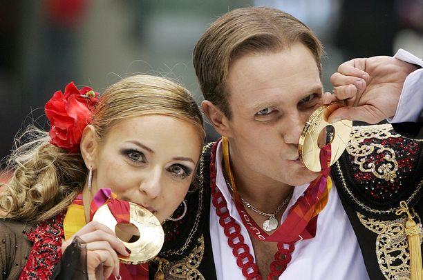 Tatjana Navka ja Roman Kostomarov poseeraavat kultamitalien kanssa.