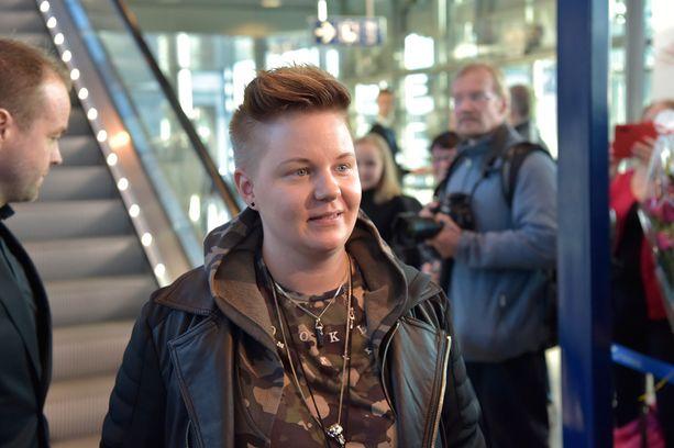 Saaran kihlattu Meri Sopanen saapui Saaran kanssa Helsinkiin.