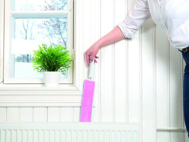 Kapea ja pitkä mikrokuituinen pölynpuhdistaja sujahtaa helposti kapeisiin väleihin ja pattereiden taakse.