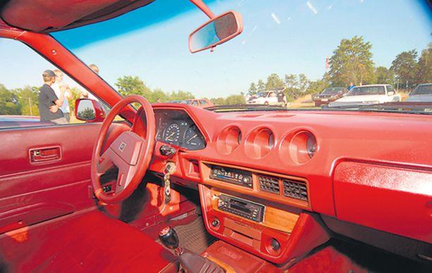 Datsun 280 ZX vuodelta 1979 villin punaisella sisustuksella.