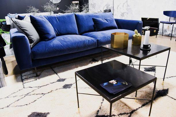 Nämä rautapintaiset tanskalaiset sohvapöydät toimivat yhdessä kuin sarjapöytä konsanaan. Hauska yksityiskohta ovat messinkitassut pöytien jaloissa. Pöydät myydään erikseen. House Doctor -pöytä 230 euroa ja 170 euroa, Kuusilinna.