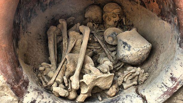 """Tutkijoiden """"Almoloyan prinsessaksi"""" kutsuma nainen ja mies haudattiin keraamiseen """"hautaruukkuun""""."""