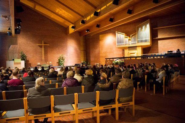 Kirkko täyttyi tukea etsivistä ihmisistä.