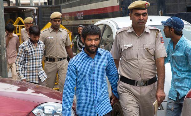 Raiskauksesta syytetyt kolme miestä matkalla oikeuteen torstaina Delhissä.