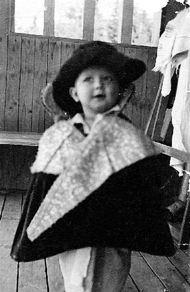 – Komelianttari jo pikkupojasta, prinssiksi pukeutuneena. Päässä äidin tekemä hattu. Äidillä oli hattuliike.