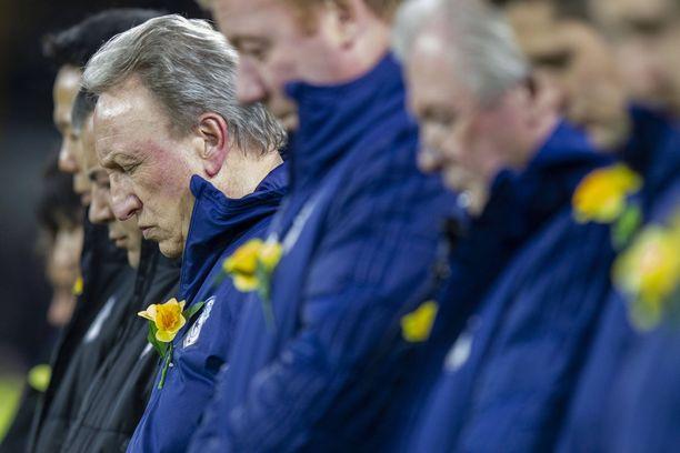 Cardiff Cityn joukkue manageri Neil Warnockin johdolla osallistui hiljaiseen hetkeen Emiliano Salan muistolle.