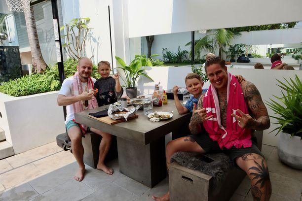 Björckin perheen Australian-koti on Tomin ensimmäinen omistusasunto. Aina aiemmin hän oli asunut vuokralla. Pöydän ääressä makkaraa ja perunasalaattia ovat syömässä Hans, Joakim, Oliver ja Tomi.
