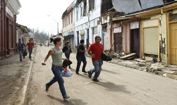 Ihmiset juoksivat suojaan Constitucionin kaupungissa, kun maa alkoi vavahdella.