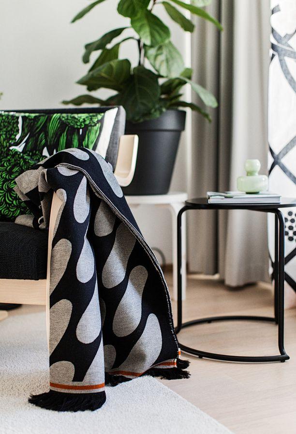 Asunnossa on trendikkäästi viherkasveja ja vaaleaa puuta.