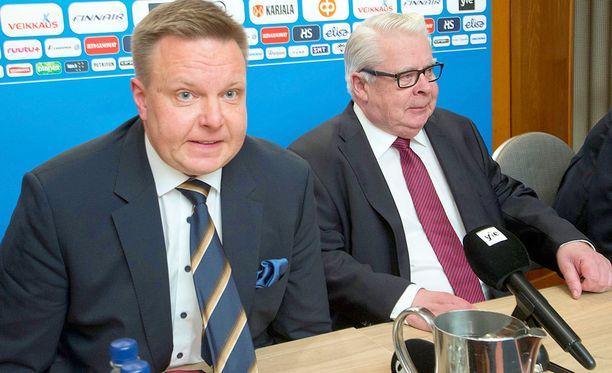 Harri Nummela (vas.) seuraa Kalervo Kummolaa Jääkiekkoliiton puheenjohtajana.