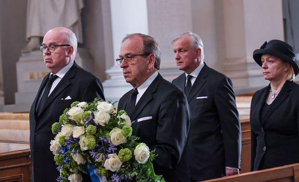 Suomen Pankin edustajat pääjohtaja Erkki Liikasen johdolla laskivat seppeleensä presidentti Koiviston arkulle. Koivisto toimi Suomen Pankin pääjohtajana vuosina 1968-1982.