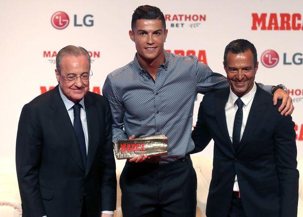 Asiakassuhde Cristiano Ronaldon (kesk.) kanssa on tehnyt Jorge Mendesistä (oik.) satumaisen rikkaan miehen pitkälti Real Madrid -pomo Florentino Pérezin (vas.) avulla.
