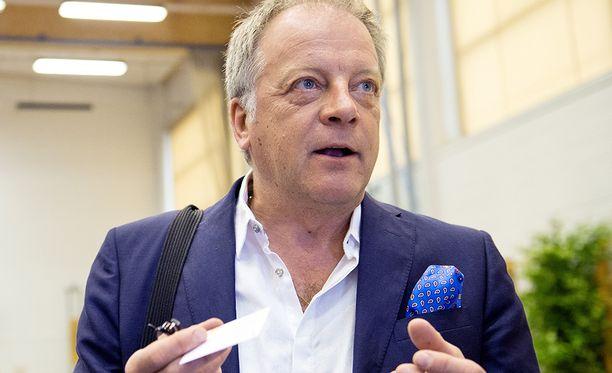 Uutisankkuri Matti Rönkä reagoi kritiikkiin nopeasti.