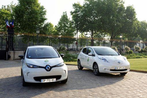 Renault Zoe on upouusi sähköauto, Nissan Leafilla on sitä vastoin ikää jo muutama vuosi. Suomalaisten kuluttajien harmiksi molempien lähtöhinta alkaa kolmosella.