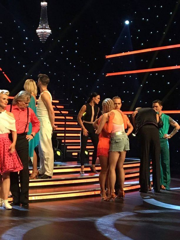 Kirsi Alm-Siira sai tukea tanssikavereiltaan.