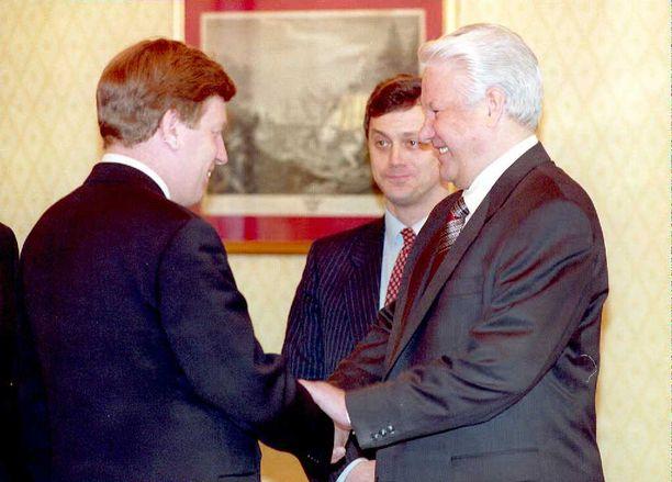 Suomen pääministeri Esko Aho (kesk) tapasi Venäjän presidentti Boris Jeltsinin tammikuussa 1995 ensimmäisenä EU:n  pääministerinä sen jälkeen, kun Venäjä oli hyökännyt Tshetseniaan loppusyksystä 1994.