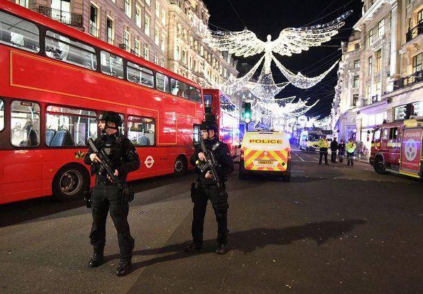 Aseistautuneet poliisit valvoivat Oxford Circuksen aseman lähiseutua perjantaina.