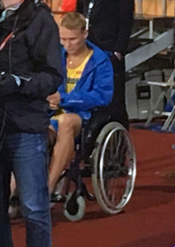 Felix Svensson vietiin pyörätuolilla radalta.