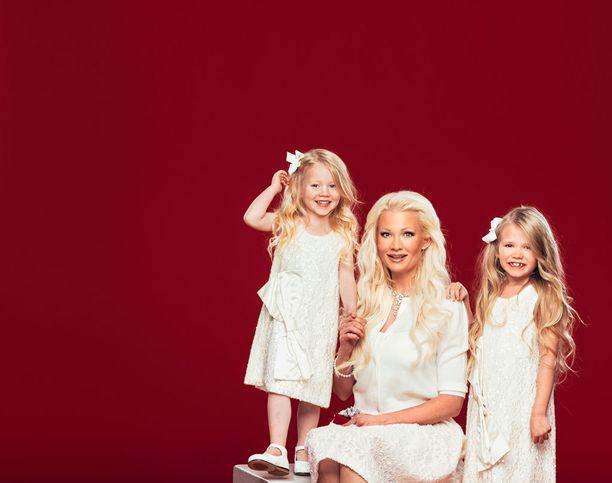 Kuvassa Linda molempien tyttäriensä kanssa talvella 2016.