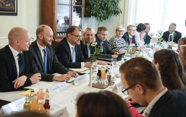 Pääministeri Juha Sipilä (kesk) esiintyi kesäparrassaan myös budjettiriihessä. Sipilän vieressä hallituskumppani Sampo Terho, toisella puolella Sipilän erityisavustaja Riina Nevamäki.
