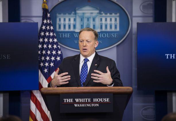 Valkoisen talon entinen viestintäpäällikkö Sean Spicer tuli amerikkalaislehdissä tunnetuksi myös pukeutumisestaan. Spicerille irvailtiin tämän ylisuurista pikkutakeista.