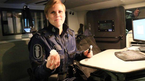 Tarkkuusalkometri on sijoitettu autoon kiinteästi. Tässä vanhempi konstaapeli Hanna Norlund virittää laitetta.